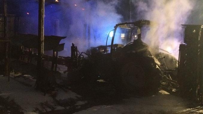 Bra: incendio in un ricovero attrezzi, gravi danni, distrutto completamente un trattore