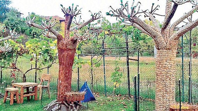 Mobili e alberi realizzati con i tappi in un giardino di Neive