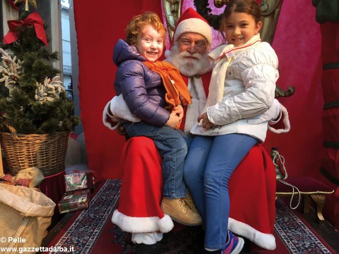 Babbo Natale E Gli Elfi.Babbo Natale Ed Elfi Alba Foto Pelle 13 Ok Gazzetta D Alba Dal