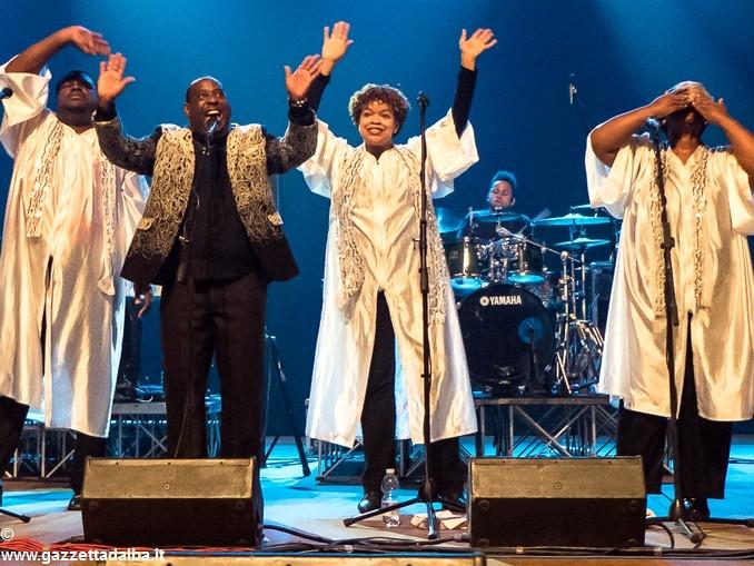 Gospel saluti on stage