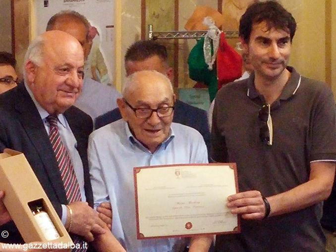 Mario Barbero tra il Sindaco di Treiso Lorenzo Meinardi e il figlio Cesare