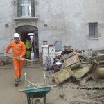 Volontari delle Misericordie nella Brescello colpita dall'alluvione