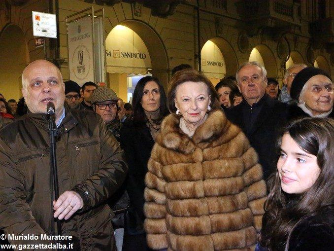 Inaugurato il grande albero natalizio donato dalla Ferrero 1