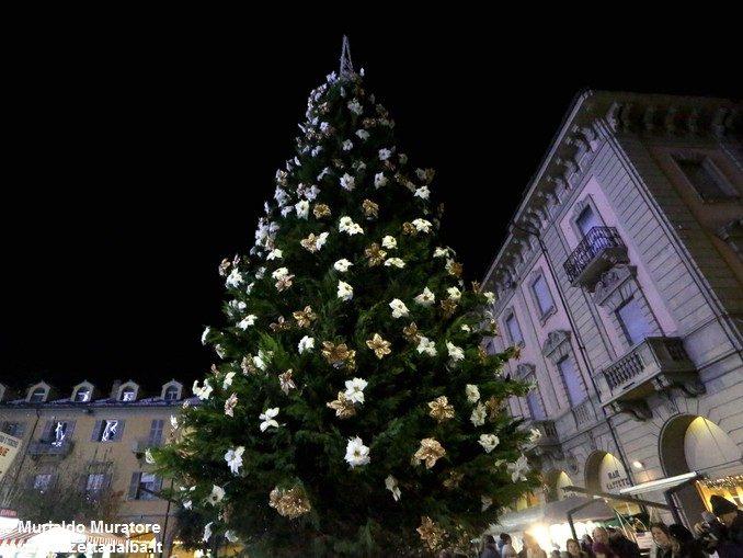 Inaugurato il grande albero natalizio donato dalla Ferrero