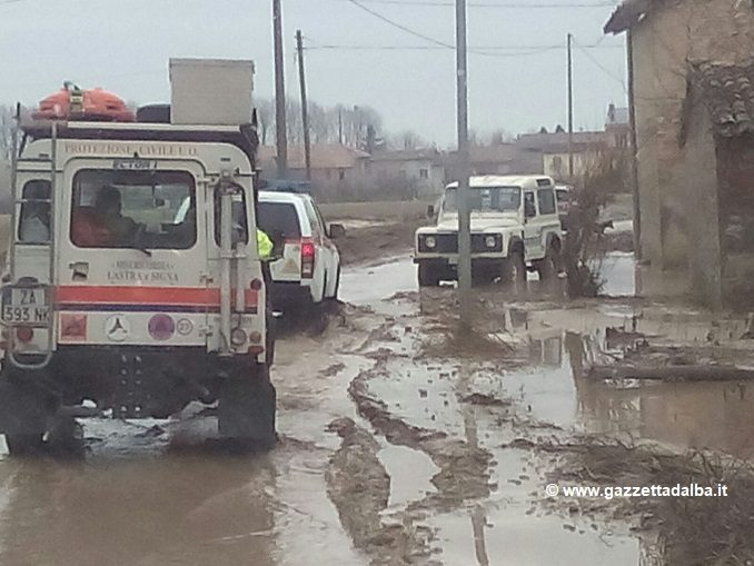 Volontari delle Misericordie nella Brescello colpita dall'alluvione 1