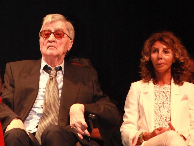 Foto silvia Muratore: Alba. Teatro Sociale. Laurea Honoris Causa a Bruno Giacosa. Bruno con la figlia Bruna