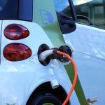 Auto elettriche: a Bra la sosta gratuita negli spazi blu è diventata definitiva