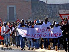 In marcia i migranti chiedono più integrazione e meno sfruttamento 1