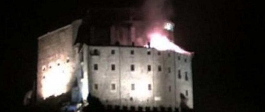 In fiamme la Sacra di San Michele, brucia il monumento simbolo del Piemonte