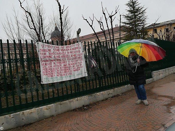 Asti, protesta davanti al Tribunale per i problemi con la casa comprata all'asta