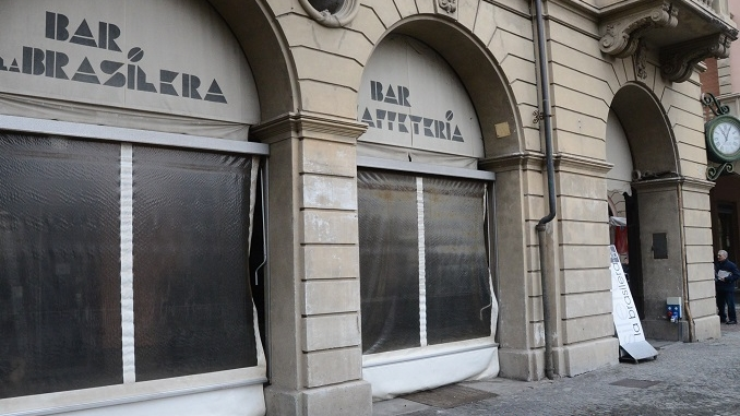 """Serrande abbassate a """"La Brasilera"""", chiude lo storico locale di piazza Ferrero"""