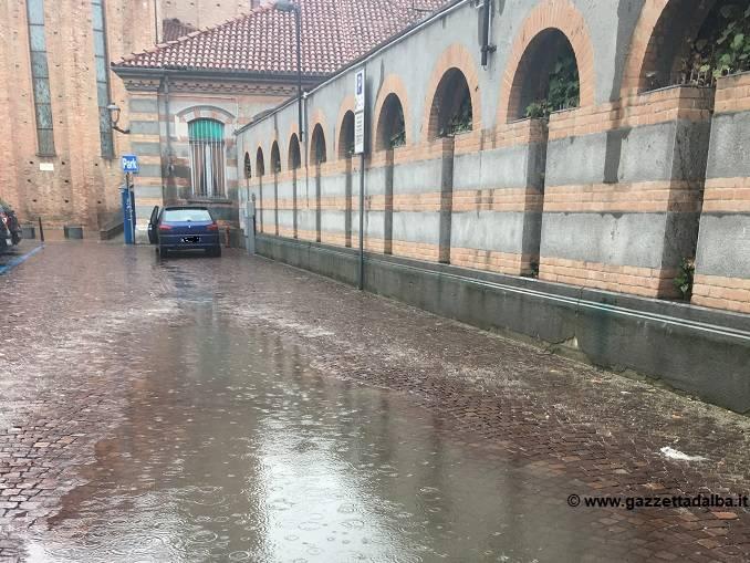 Piazza Borsellino con la pioggia si trasforma in una piscina