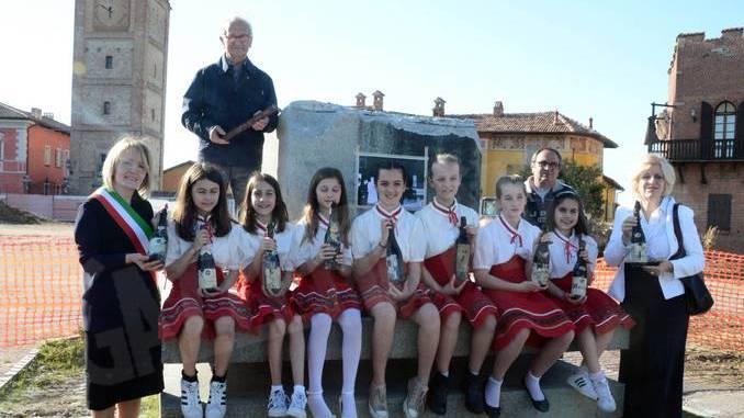 Sotto la statua del vignaiolo saranno collocate 73 bottiglie di Barolo 4