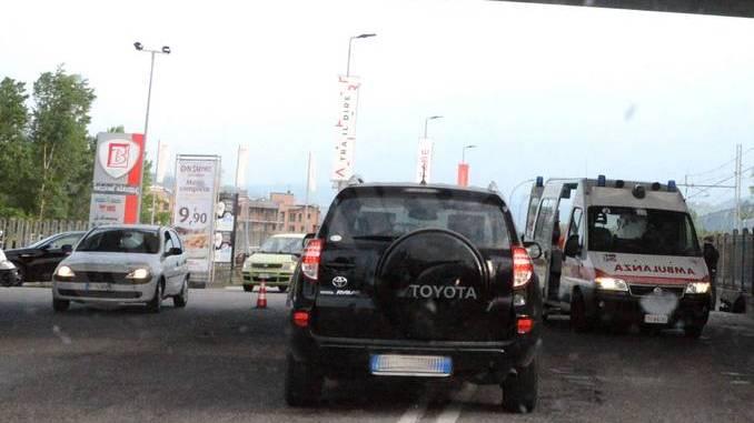 Grave incidente in corso Canale, coinvolte un'auto e una moto
