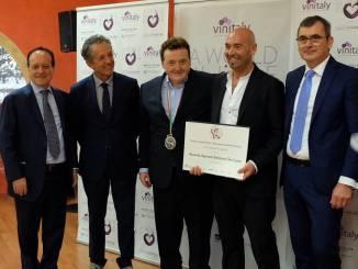 L'assessore all'agricoltura Ferrero premia Teo Costa a Vinitaly