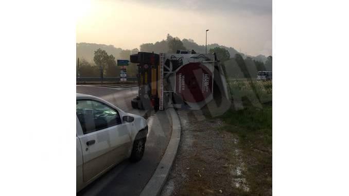 Camion carico di sabbia si ribalta a Canale