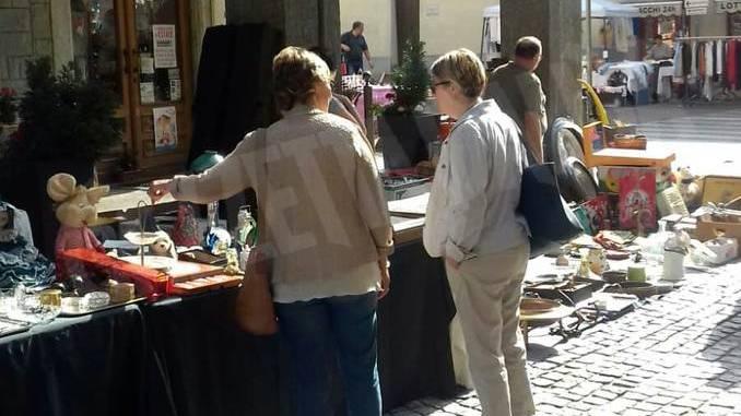 Sole e folla al Mercato delle pulci e a Porté disné. Le foto più belle 3