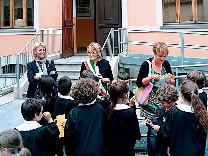 I bambini della terza elementare di La Morra ospiti a Radio Alba