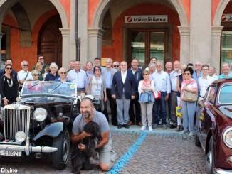 Il benvenuto del sindaco alle eleganti auto e moto d'epoca