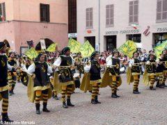 Spettacolo di sbandieratori e musici ad Alba per Bandiere per un amico