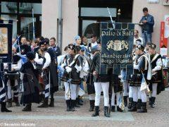 Spettacolo di sbandieratori e musici ad Alba per Bandiere per un amico 4
