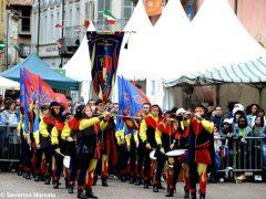 Spettacolo di sbandieratori e musici ad Alba per Bandiere per un amico 11