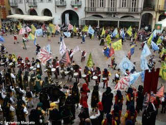 Spettacolo di sbandieratori e musici ad Alba per Bandiere per un amico 13