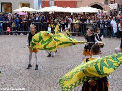 Spettacolo di sbandieratori e musici ad Alba per Bandiere per un amico 15