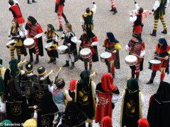 Spettacolo di sbandieratori e musici ad Alba per Bandiere per un amico 17