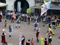 Spettacolo di sbandieratori e musici ad Alba per Bandiere per un amico 18