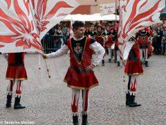 Spettacolo di sbandieratori e musici ad Alba per Bandiere per un amico 20