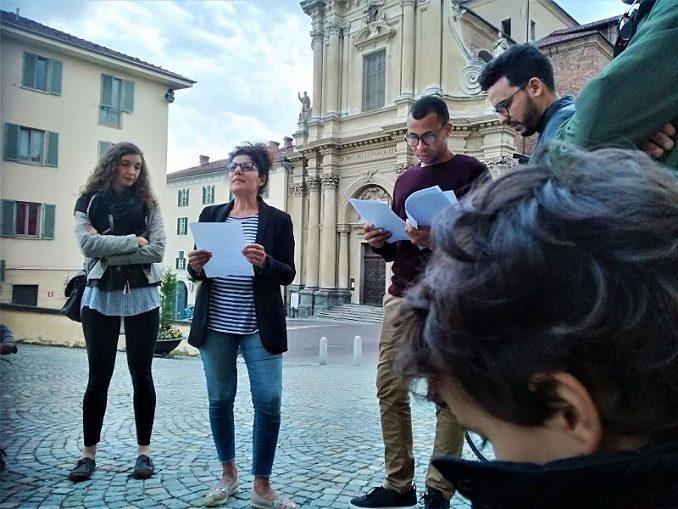 Una poesia contro la violenza davanti al Municipio di Bra 1