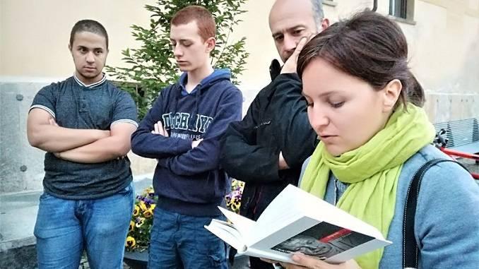 Una poesia contro la violenza davanti al Municipio di Bra