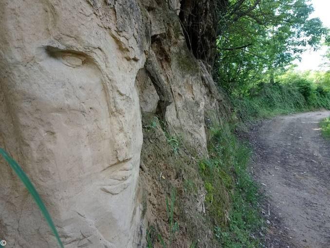 Se a Montà, lungo il sentiero, si scopre un volto scolpito