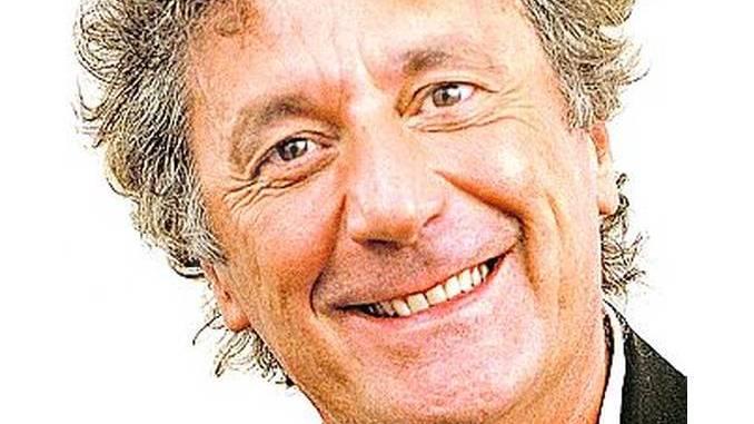 Enzo Iacchetti protagonista nell'arena del Sociale
