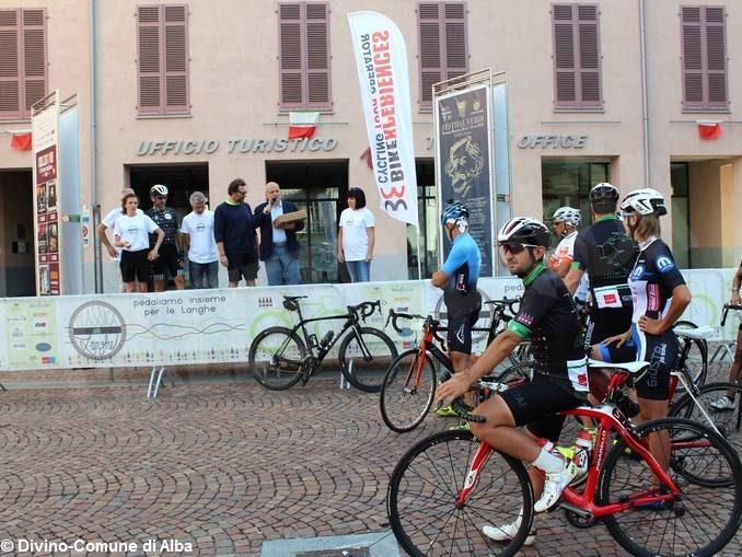 Un centinaio di ciclisti alla prima edizione della cicloturistica Classica delle Langhe