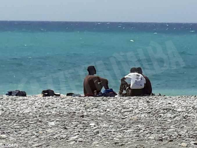 ventimiglia migranti spiaggia