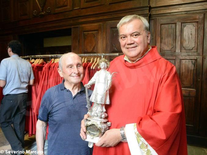 Don Lorenzo Costamagna con statua san Lorenzo – 1