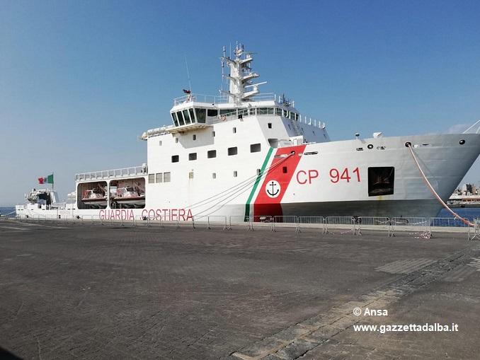 La nave Diciotti e sullo sfondo la 'gemella' Dattilo