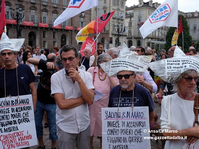 Migranti: centinaia in piazza a Torino per caso Diciotti