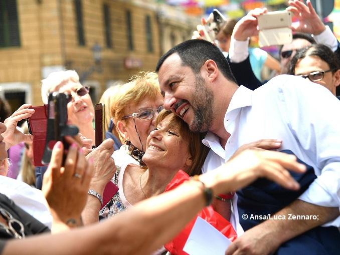 Salvini a Genova: fra applausi e selfie in Prefettura