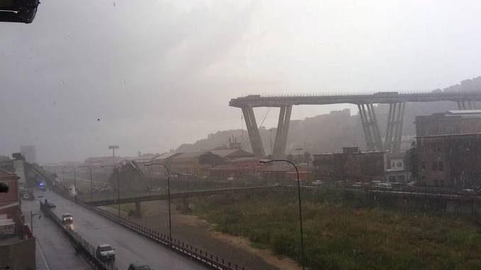 Crolla il ponte dell'autostrada che attraversa Genova