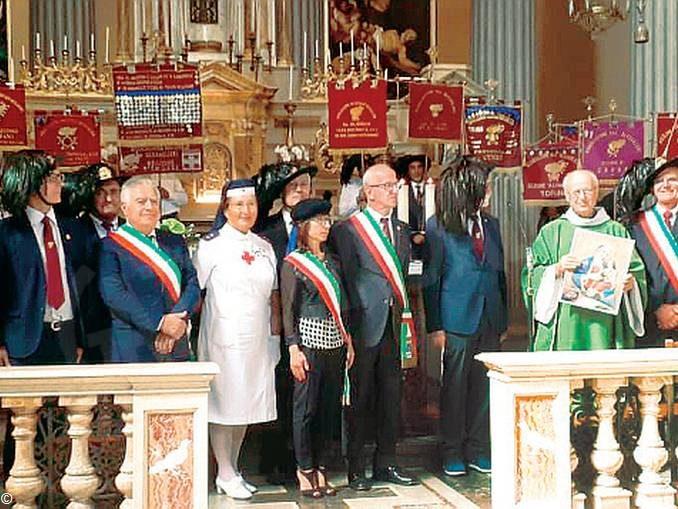 Sfilata di bersaglieri per festeggiare i 47 anni della sezione di Dogliani