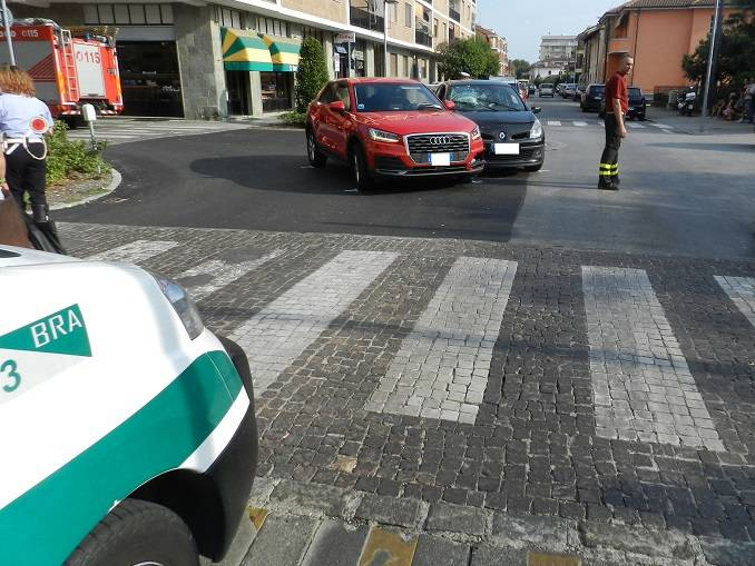 Due incidenti a Bra, si cercano testimoni di un investimento in via Vittorio Veneto