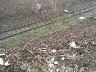 Tagliata la vegetazione, ma la scarpata della ferrovia rimane fatiscente