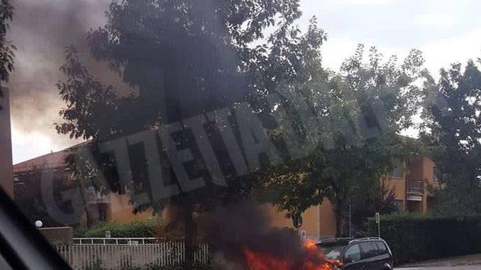 Nel pomeriggio di domenica un auto va a fuoco in corso Europa ad Alba