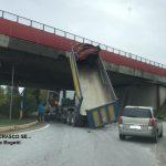 Autocarro contro ponte autostradale a Cherasco