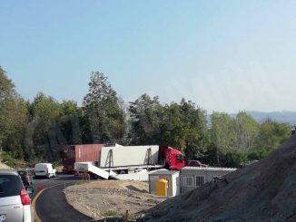 Camion perde lastre di cemento: salita Bergoglio bloccata