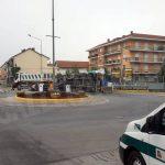 Bra: rimorchio si ribalta nella rotonda di via Cuneo. Traffico in difficoltà