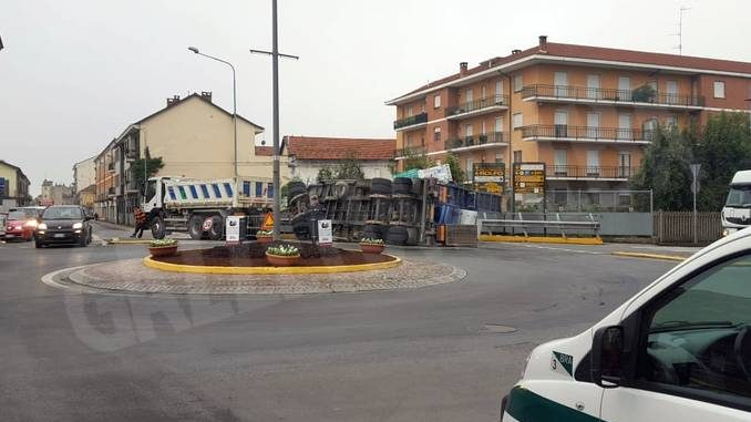 Bra: rimorchio si ribalta nella rotonda di via Cuneo